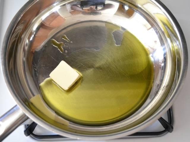 1. Поставьте на огонь кастрюлю с водой для пасты. В сковороду влейте масло и добавьте кусочек сливочного. Пока сковорода с маслом нагревается, почистите и порубите мелко чеснок.