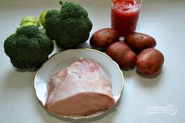 1. Первым делом мы подготовим все ингредиенты. Мясо, картофель и брокколи вымойте и обсушите.