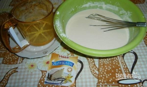 Молоко подогрейте до 30 градусов. Взбейте его в глубокой посуде с яйцами. Затем всыпьте ванилин, соль и сахар. Влейте масло и просейте муку.
