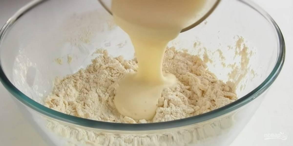 4. Приготовьте тесто: просеянную муку смешайте с разрыхлителем и натертым на крупной терке холодным сливочным маслом. Разотрите массу в крошку. Яйцо взболтайте с сахаром и добавьте к тесту. Замесите тесто: мягкое, однородное.