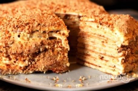 Вверх и бока торта тоже смазываем кремом, а затем посыпаем крошкой (обрезки теста измельчаем в блендере или скалкой). Отправляем торт в холодильник на несколько часов, но лучше на ночь.