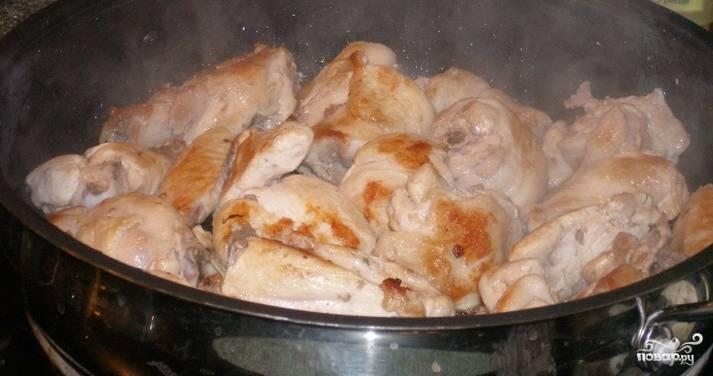 5.Затем уменьшаем огонь и переворачиваем ножки на другую сторону. Накрываем сковороду крышкой и жарим 20 минут.