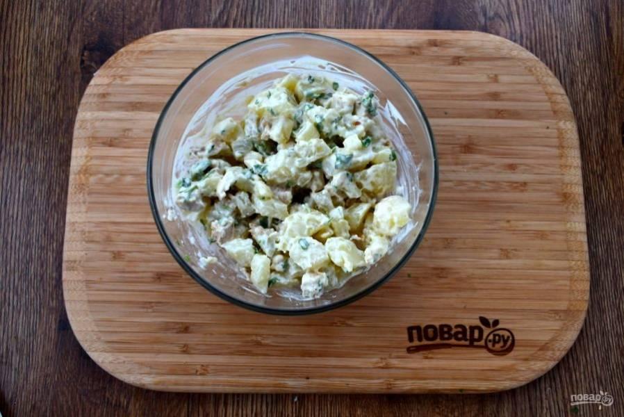 Для соуса соедините лимонный сок, майонез, соль и сахар по вкусу. Соедините в салатнике все ингредиенты, перемешайте.