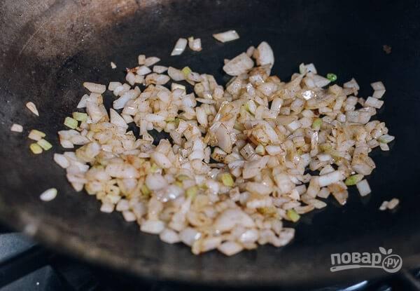 Отварите рис привычным способом. На масле от говядины обжарьте лук репчатый до золотистости.