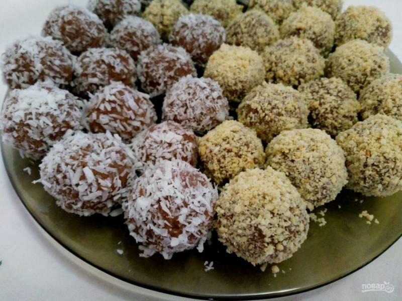 Охладите готовые конфеты из овсяного толокна, подавайте их к столу.