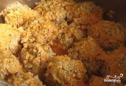 В процессе готовки проверяйте уровень соуса: если он выпарится, голубцы подгорят. Можно добавить немного воды и слегка подсолить блюдо по вкусу.