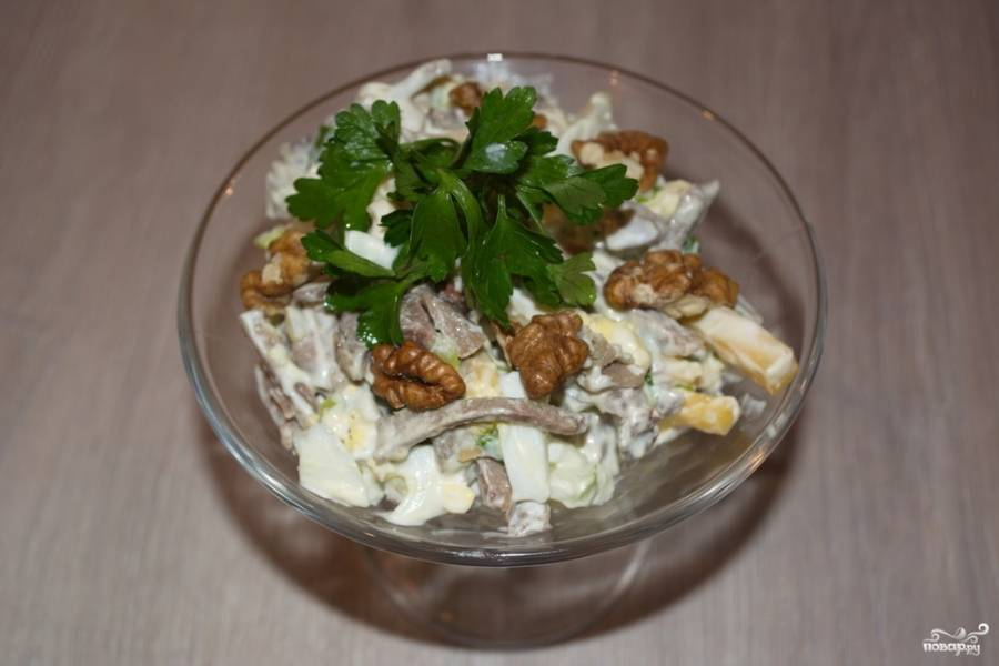 Салат заправьте майонезом. Перемешайте. Выложите в салатник. Украсьте ядрышками грецкого ореха. Если вам больше нравится мелкие кусочки ореха, то его можно измельчить и добавить непосредственно в салат перед заправкой.