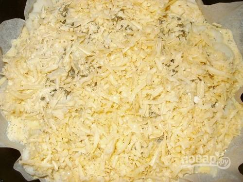 Заливаем капусту получившейся смесью, посыпаем оставшимся сыром.