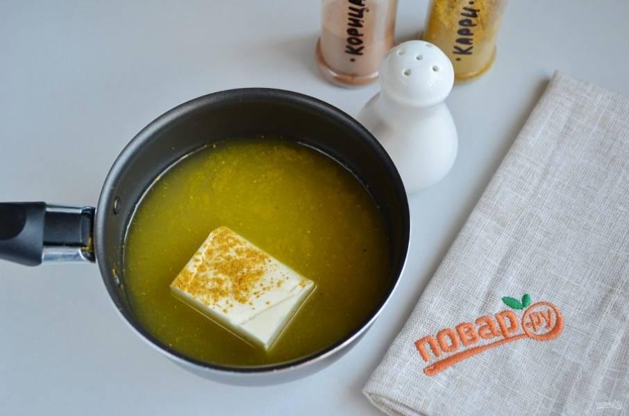 4. В сотейнике соедините сливочное масло, вино и апельсиновый сок. Добавьте корицу и карри. Прогрейте соус, чтобы растаяло масло.