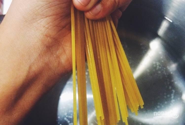 1.Приготовьте спагетти согласно инструкции, по окончании слейте воду и отложите.