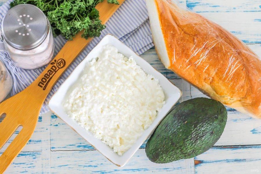 Подготовьте указанные ингредиенты. Сорт хлеба может быть любым: белый, ржаной, черный, равно как и форма.