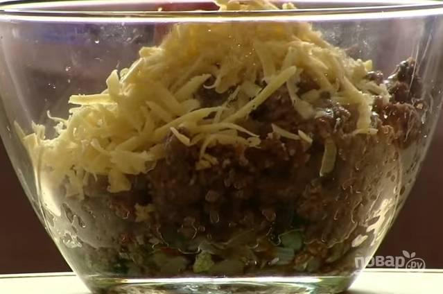 5. Зелень мелко порубите, сыр натрите на крупной терке. Соедините фарш, лук, зелень и половину сыра.