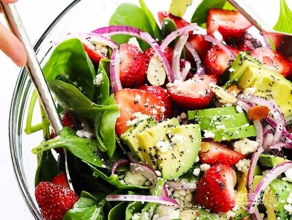 3. Вылейте заправку в салатник, аккуратно перемешайте. Все, можно подавать салат с клубникой, авокадо и шпинатом сразу или поставить до подачи в холодильник. Приятного аппетита!