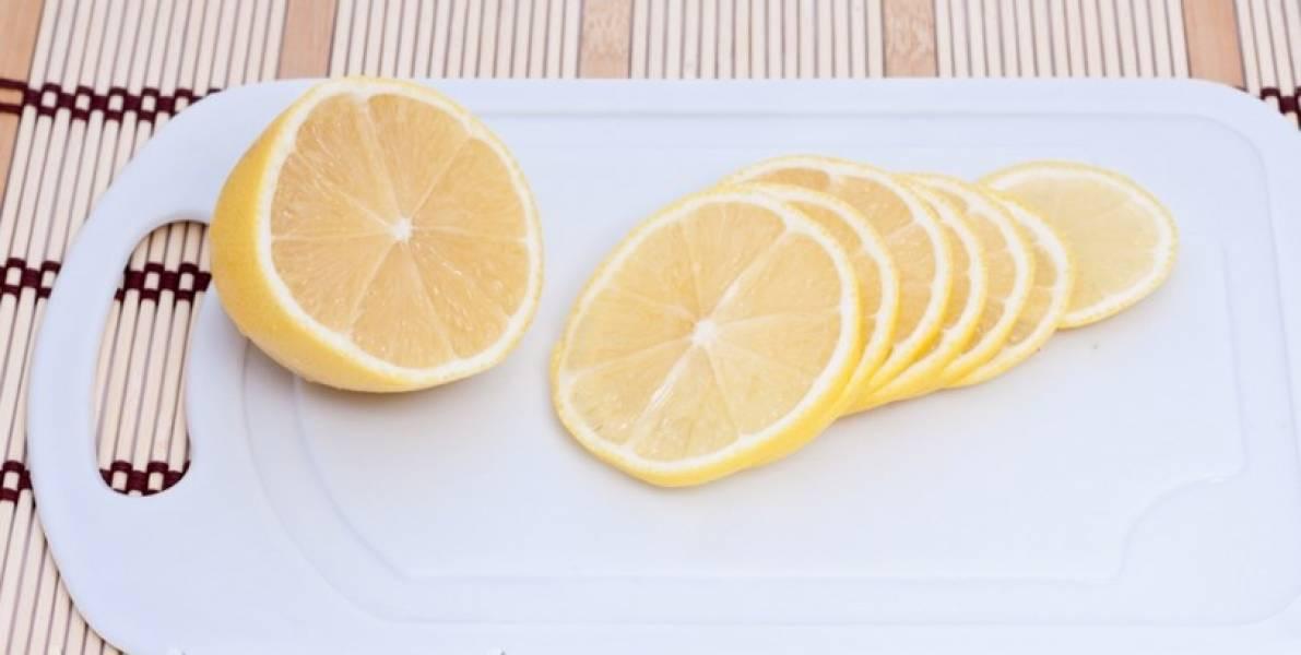 Лимон режем кольцами.