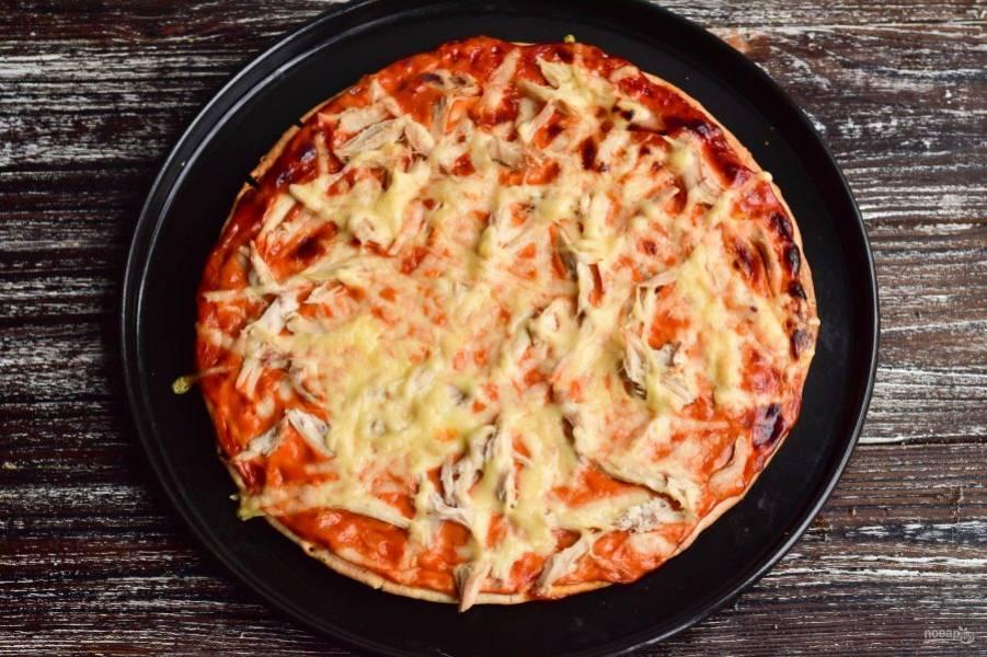 Отправьте пиццу в разогретую до 190 градусов духовку на 15-20 минут.