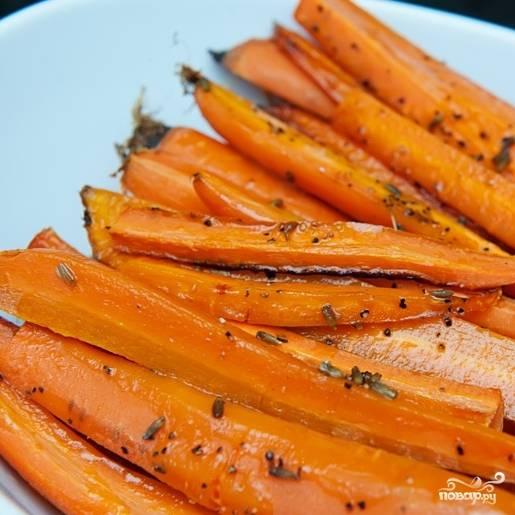 4. Выпекайте морковь в разогретой духовке при температуре 190 градусов в течение 20-25 минут. Запеченная морковь должна быть мягкой, но не разваливаться. Приятного аппетита!