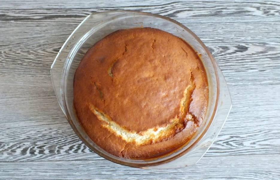 По истечении времени достаньте пирог из духовки. Через 5-7 минут достаньте из формы.