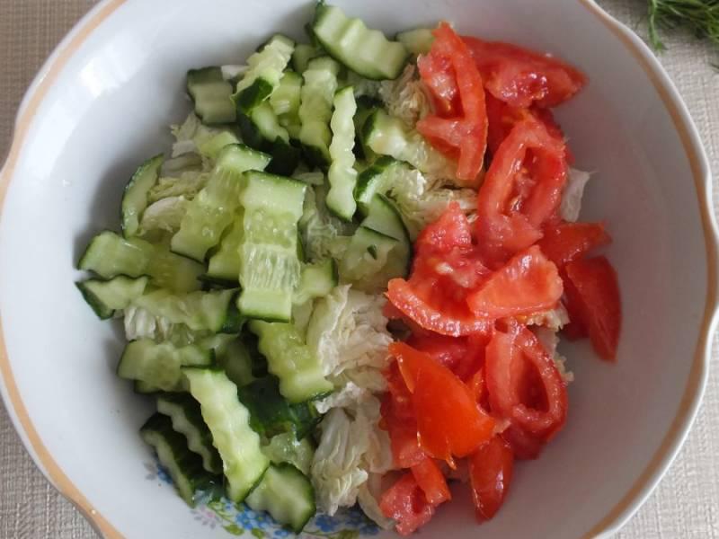 Произвольно нарежьте помидор и добавьте к овощам.