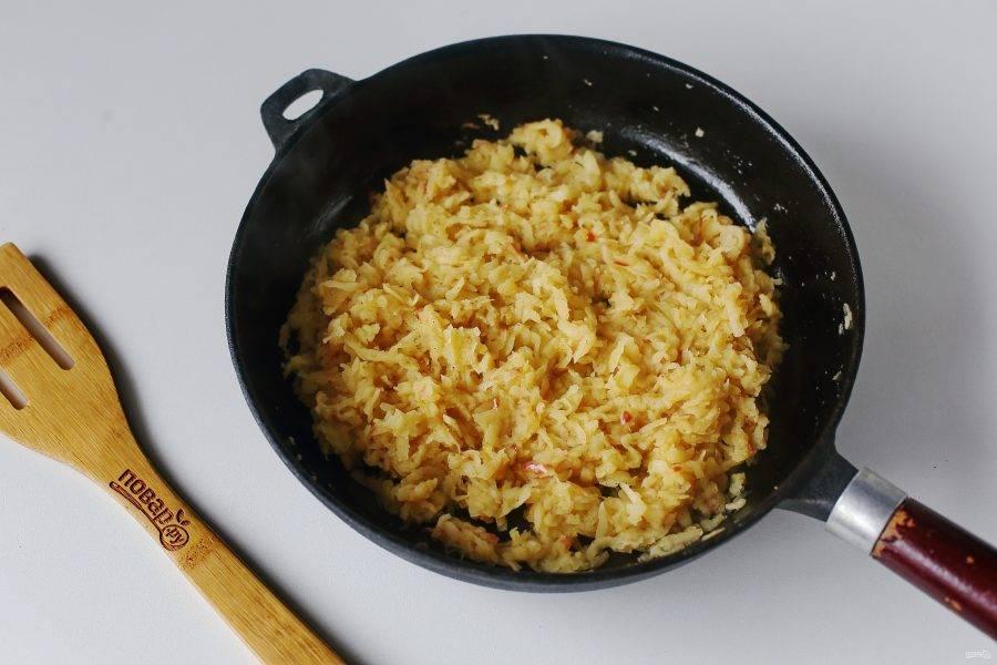 Яблоки натрите на крупной терке и потушите на сливочном масле до мягкости. Добавьте корицу и сахар.