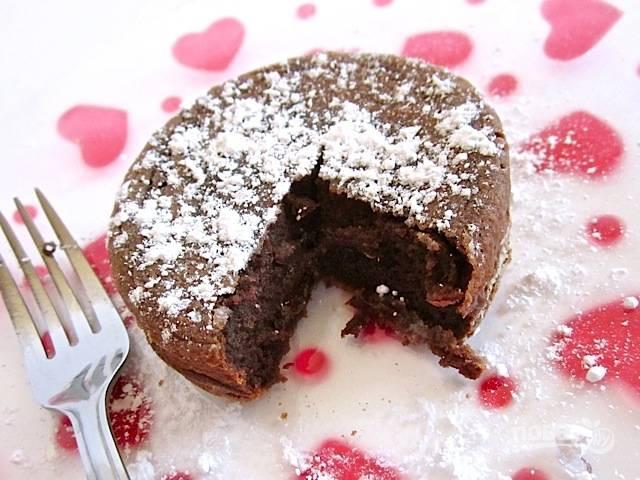 11.Аккуратно удалите пирог из формочек и посыпьте сахарной пудрой, наслаждайтесь каждым кусочком.