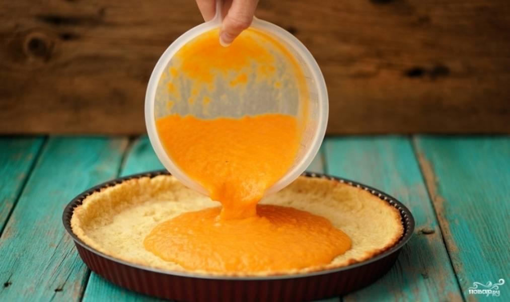 Выньте тесто из духовки, но не выключайте огонь. Вылейте начинку в корж, и отправляйте пирог печься минут на 40 при температуре 160 градусов.