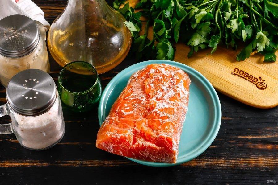 Подготовьте указанные ингредиенты. Филе лосося перед приготовлением заморозьте при температуре минус 18-20 градусов в морозильной камере. Лучше всего продержать его там не менее 2-3 дней. Считается, что за этот срок при такой низкой температуре погибают все вредоносные организмы в рыбе, если таковые там присутствуют.