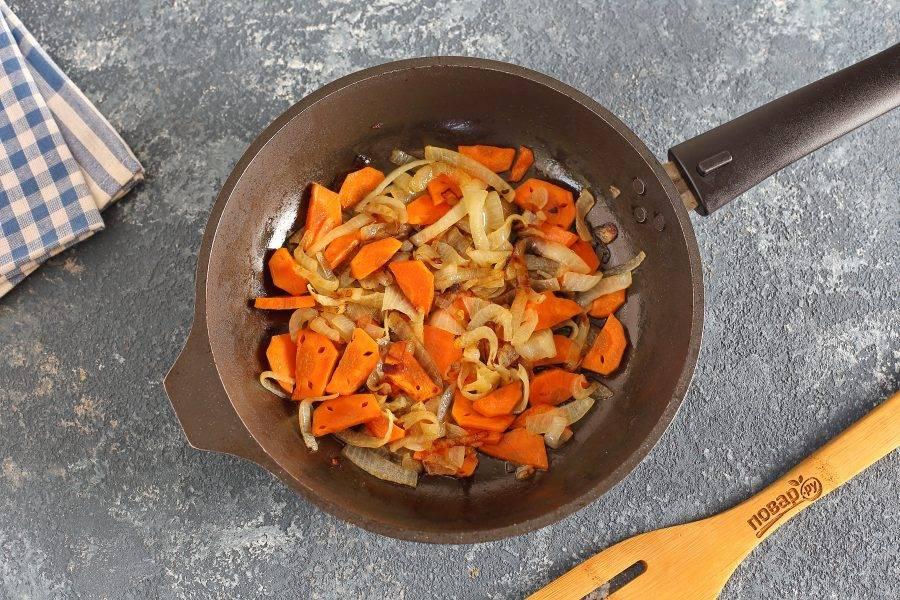 Отдельно обжарьте лук и морковь.