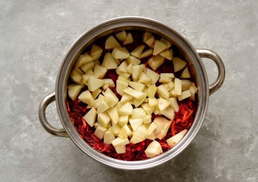 Яблоки очистите от кожуры, нарежьте кубиками. Добавьте к овощной смеси в кастрюле. Тушите все вместе на слабом огне около часа. Если жидкость слишком быстро испаряется, то можно подлить воды.