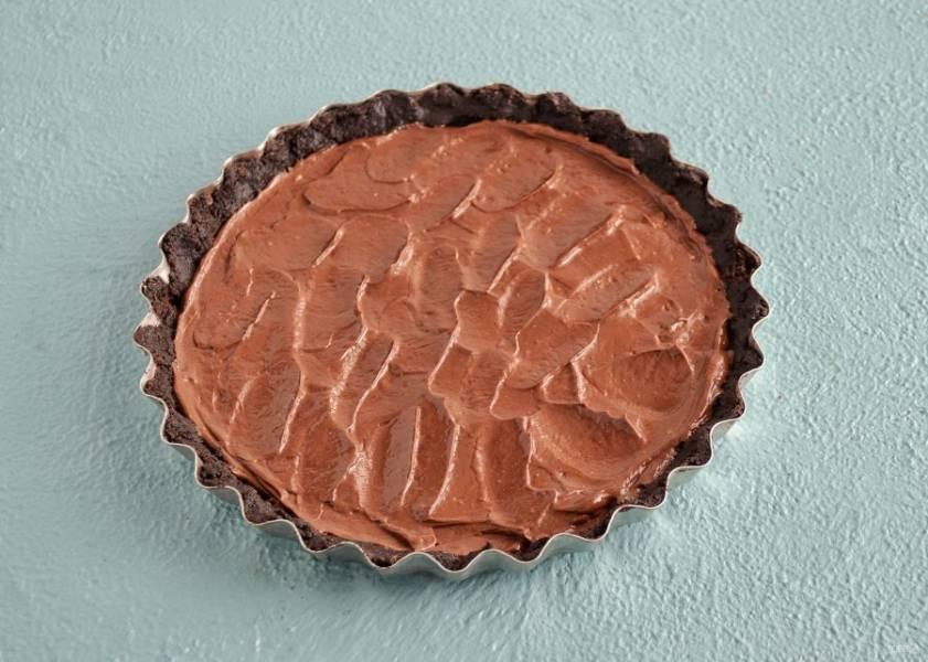 Выложите шоколадную массу в форму. Отправьте в холодильник на 2 часа.