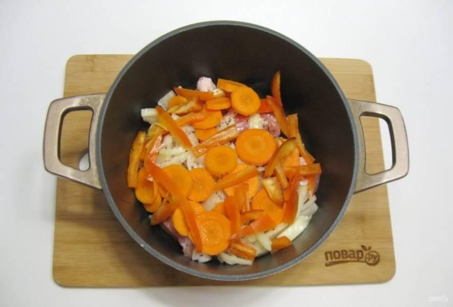 Болгарский перец очистите, помойте и нарежьте полосками. Любители острого могут добавить горький перец.