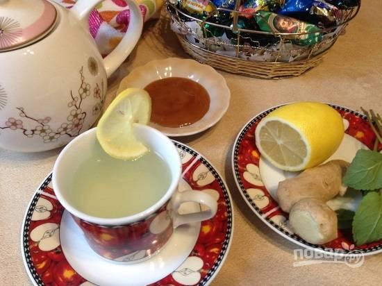 Минут через 15 можно наслаждаться пряным чаем. Заварка получается достаточно концентрированной, поэтому разбавьте ее в чашке по вкусу. И вот сейчас в чай добавим еще ломтик лимона. Мед можно вприкуску или размешать в чае.