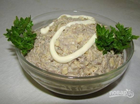 Салат перемешайте. Добавьте соль по вкусу. Украсьте его петрушкой. Приятного аппетита!