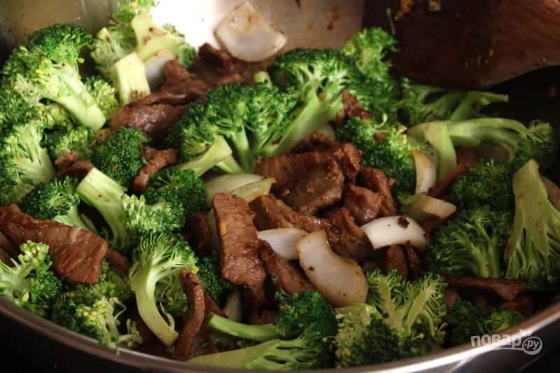 4.Выложите ранее подготовленные брокколи, обжаривайте все 1-2 минуты.