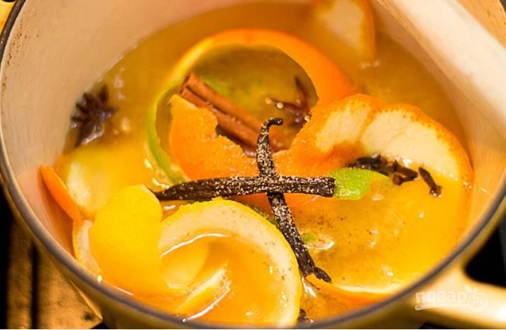 3.В кастрюлю влейте апельсиновый сок, воду, добавьте сахар, кожуру апельсина, лайма и лимона, а также добавьте все специи. Доведите до кипения и варите на слабом огне полчаса.