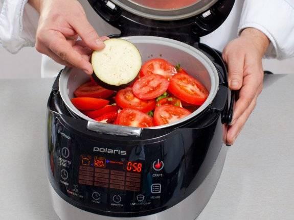"""Чашу мультиварки смазываем растопленным маслом. На дно укладываем баранину, далее кольца лука, а сверху остальные овощи. Солим и перчим по вкусу, устанавливаем """"Режим повара"""" с температурой 120 градусов. Когда мясо немного обжарится, влейте чуть воды, закройте крышку и тушите 1 час."""