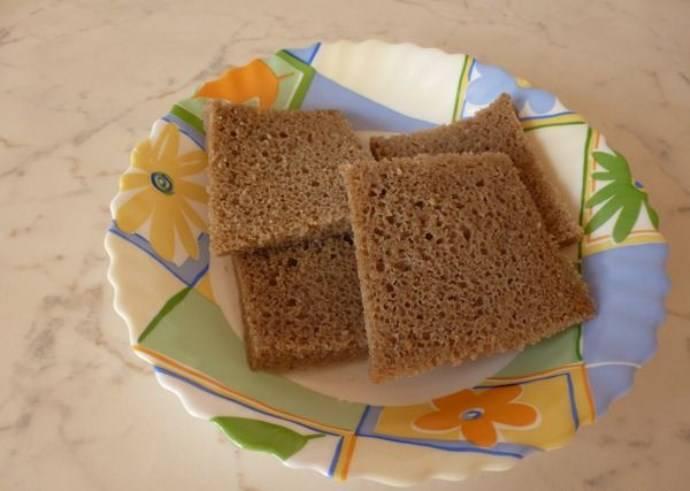 Обрежьте корки на хлебе, мякиш размочите в молоке.
