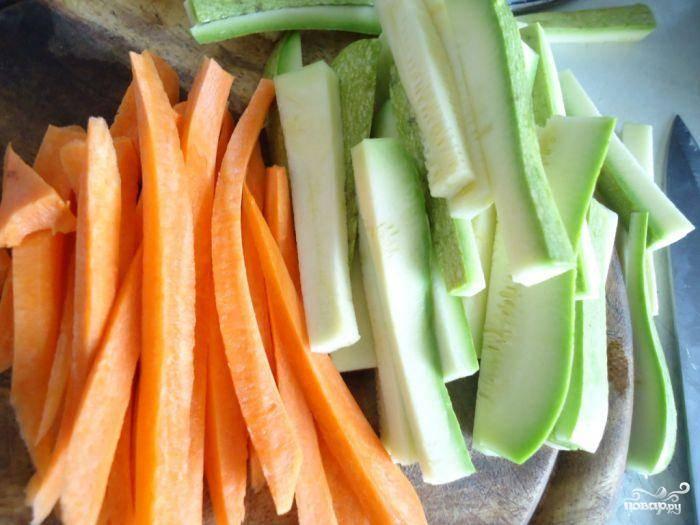 И, наконец, приготовим гарнир - нарезаем овощи длинной соломкой.