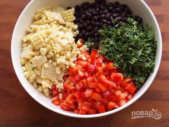 Соедините все эти ингредиенты в большой миске.
