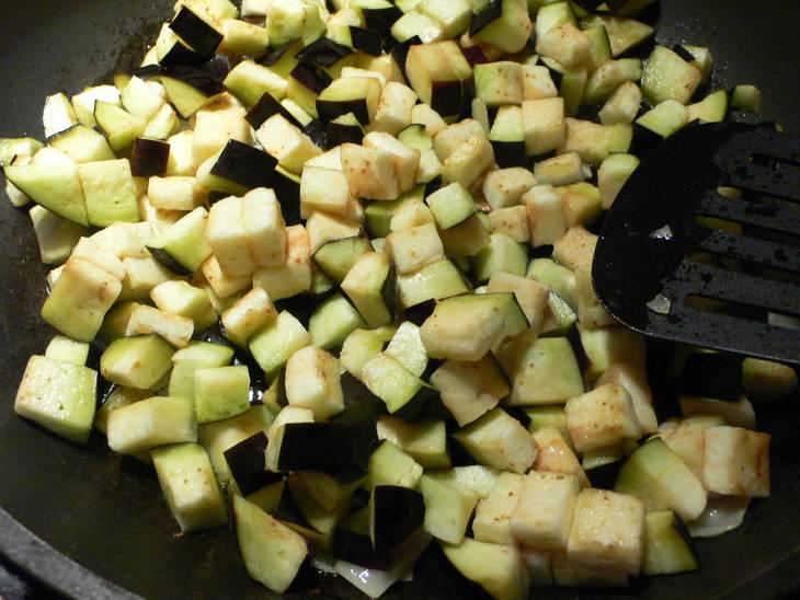 Баклажаны промываем, режем кружочками и кладем на 10 минут в подсоленную воду. Затем снова промываем, режем кубиками и жарим на растительном масле.