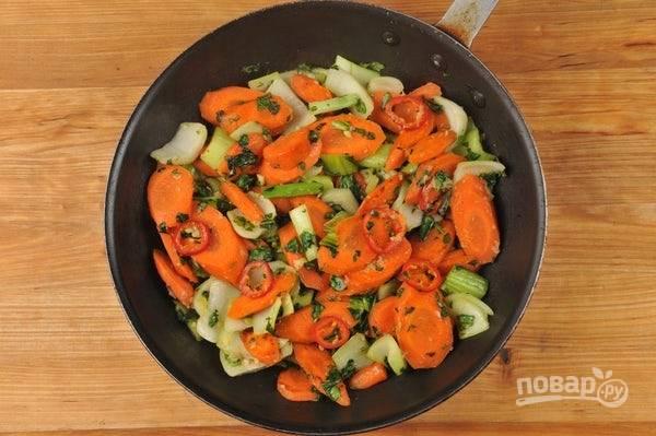 5. Затем добавьте все овощи, кроме перца, и зелень. Перемешав, готовьте ещё 2 минуты. Далее добавьте перец, чеснок и имбирь. Через 3 минуты жарки добавьте соль и перец.