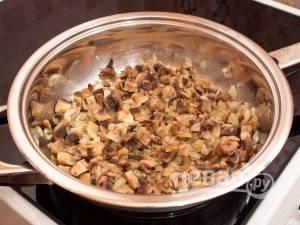Потом добавьте к нему грибы. Тушите продукты до полного испарения жидкости, помешивая.