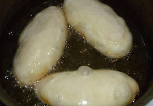 Пирожки жарьте на разогретом масле.