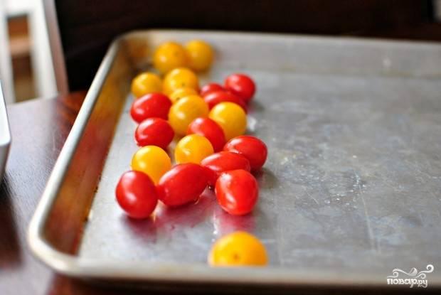 1. Небольшие помидорчики вымойте, обсушите и выложите на противень.