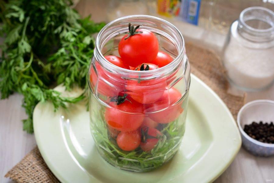 Выложите сверху на ботву вымытые помидоры.