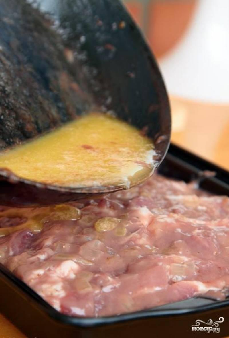 Напоследок, заливаем в форму для выпекания растопленное оставшееся сливочное масло (еще около 125 гр).