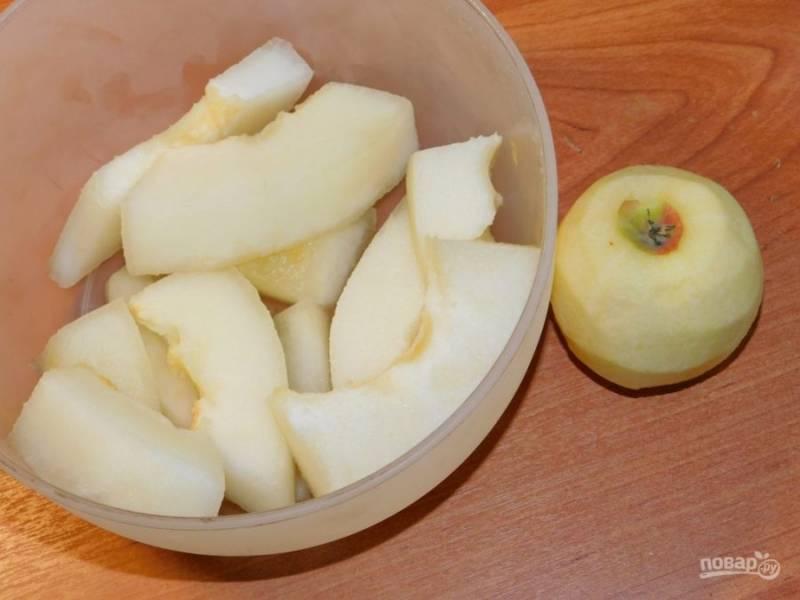 Дыню и яблоки очистите и нарежьте.