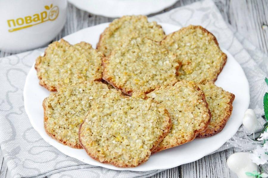 Овсяное печенье без муки и масла готово.