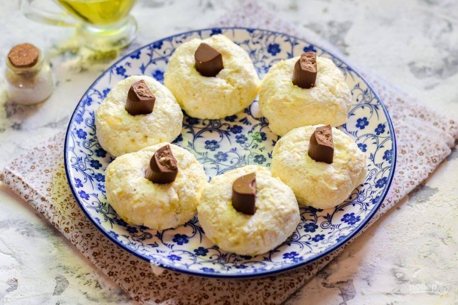 Сформируйте небольшие заготовки в виде шариков, в центр каждой выложите по кусочку шоколада.