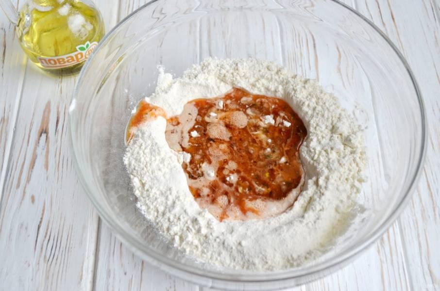 8. Просейте муку, сделайте в центре углубление,  перелейте в муку томатную массу. Замесите тесто.