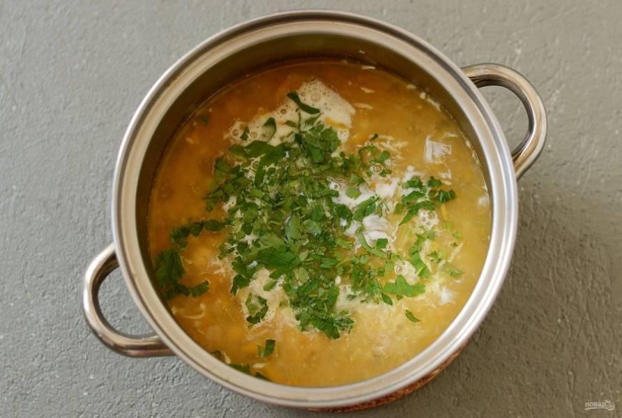 Влейте сливки и лимонный сок. Посолите и поперчите по вкусу, добавьте мелко порубленную петрушку. Доведите суп до кипения, затем снимите с плиты.